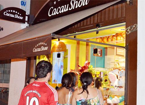 Páscoa movimenta o comércio, pessoas enfrentam filas para garantirem o chocolate