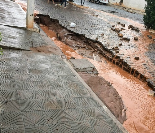 Chuva forte causa enxurrada na cidade de Caetité