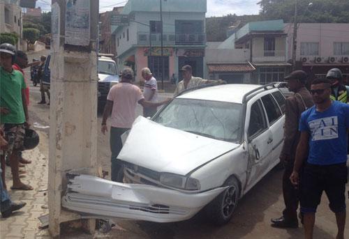 Carro desce ladeira desgovernado e colide contra poste em Caetité