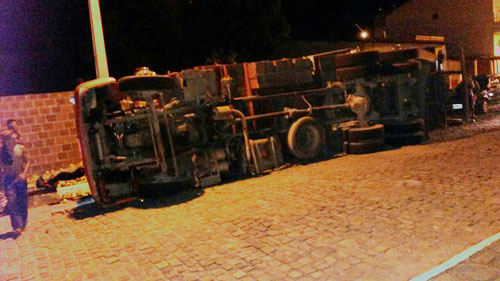 Caminhão com placa de Brumado tomba na entrada de Ituaçu