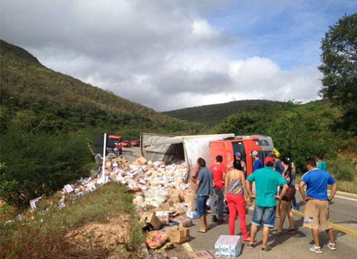 Caminhão baú tomba após colidir com carro de passeio na BA - 148, em Rio de Contas