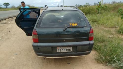 Carro roubado é apreendido pela polícia em estrada vicinal de Tanhaçu
