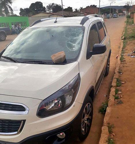 Após reclamar aluna, professora tem carro apedrejado em Ituaçu