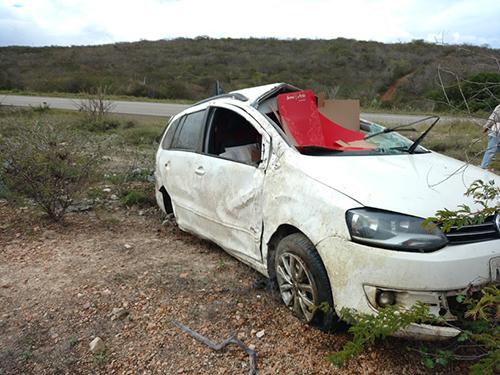 Carro fica praticamente destruído após acidente na BA-262, em Aracatu