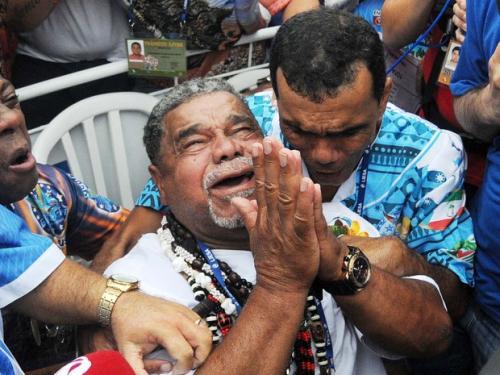 Torcedores lotam quadra da Beija-Flor cantando 'a campeã voltou'