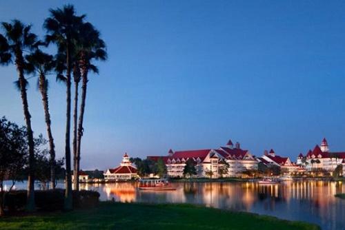 Jacaré arrasta criança para um lago em um complexo turístico da Disney