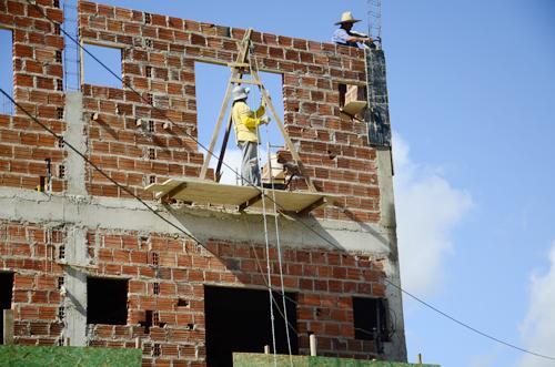 Em Brumado muitos serventes e pedreiros trabalham de forma perigosa