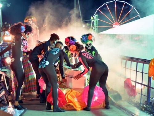 Daniela Mercury aparece em caixão e encena 'maldição' em trio na Barra