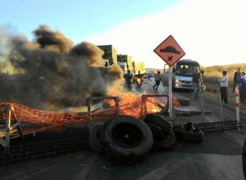 Em protesto operário da Fiol bloqueiam parte da BR - 030
