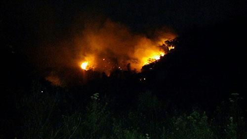 Fogo atinge a vegetação da Serra do Gerais em Ituaçu; veja o vídeo