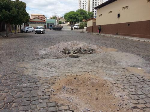 Ruas são parcialmente obstruídas por materiais deixados por empreiteira da prefeitura