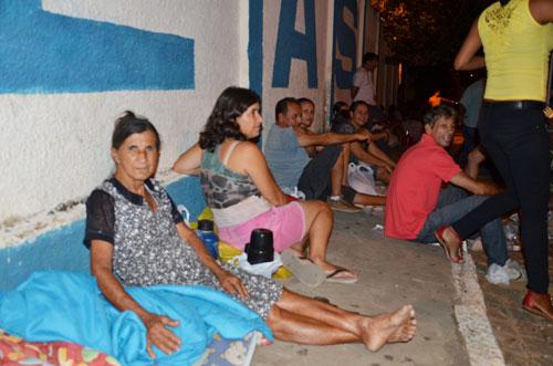Pais ficam mais de 24 horas em fila para conseguir uma vaga para os filhos nas escolas públicas do município