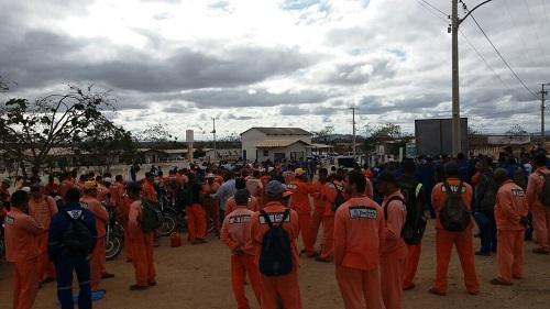 Tanhaçu: Operários da Ferrovia de Integração Oeste Leste (Fiol) fazem assembleia em canteiro de obras
