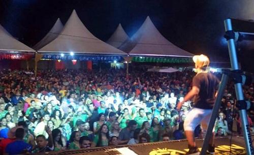 Fann Estourado celebra fase de sucesso em grande estilo durante apresentação no Forró do Sítio Novo 2016