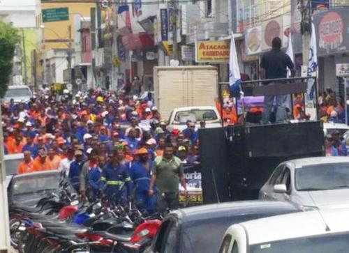 Temor de demissão em massa leva centenas de trabalhadores às ruas de Brumado