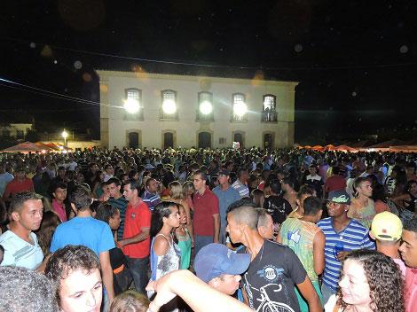 Uma multidão prestigiou o segundo dia do carnaval de Rio de Contas