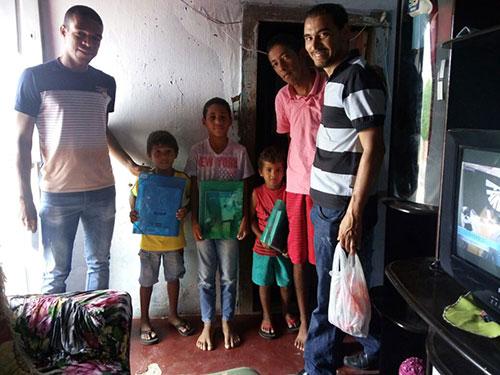 Em Aracatu famílias carentes são beneficiadas com kits escolares