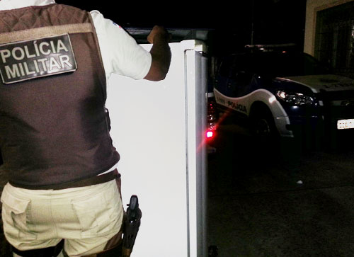 Após furtarem geladeira, indivíduos abandonam ao avistarem a polícia