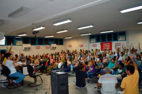 Universidades estaduais decidem continuar em greve