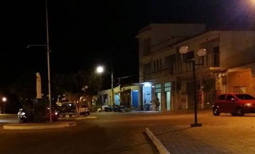 População de Ibitira cobra manutenção da iluminação pública; ruas e praças às escuras