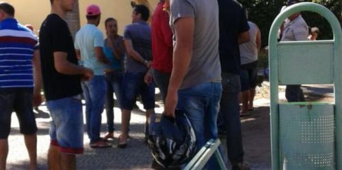 Operários responsáveis pela construção do Centro Administrativo de Caetité realizam protestos na porta da Prefeitura