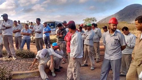 Trabalhadores demitidos da fábrica de Cimento Itaguarana fazem um novo protesto em Ituaçu
