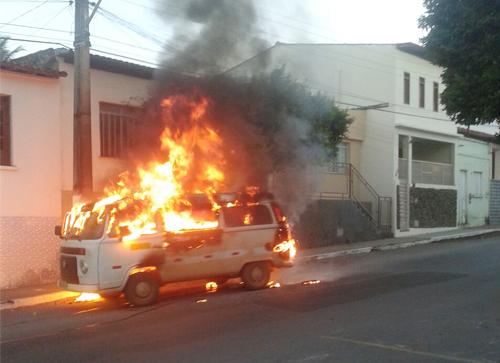 Kombi pega fogo em plena Rua Barão de Caetité
