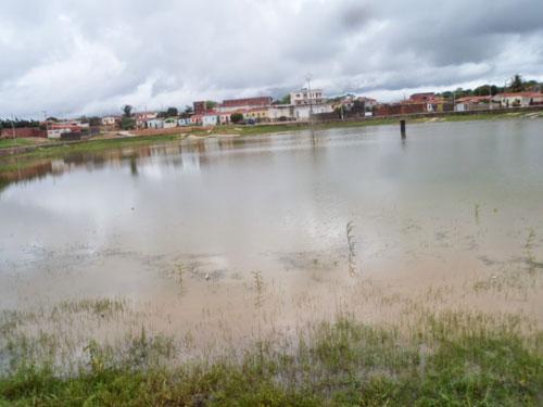 Chuva forte em Aracatú faz nível de água da lagoa da cidade subir