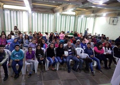 Escritores aracatuenses fazem lançamento de livro em Vitória da Conquista