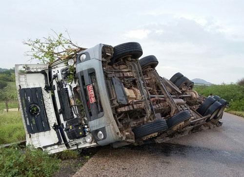 Caminhão carregado de dormentes tomba na BR – 030, Próximo a fábrica de cimento