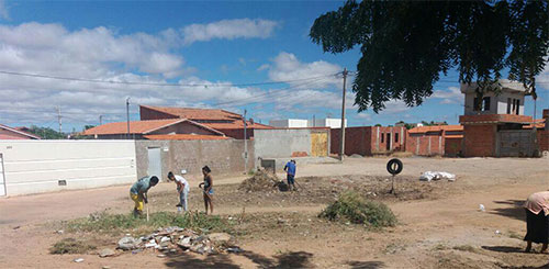 Guanambi: No Bairro Santo André populares se cansam de esperar pela prefeitura e fazem capina por conta própria