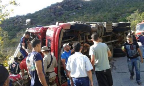 Caminhão carregado de Melão tomba na Serra das Almas