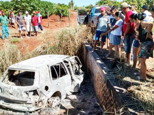Pelo menos duas pessoas morreram carbonizadas após veículo pegar fogo em Livramento