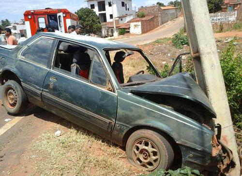 Motorista perde controle do veículo colide frontalmente contra um poste em Maetinga