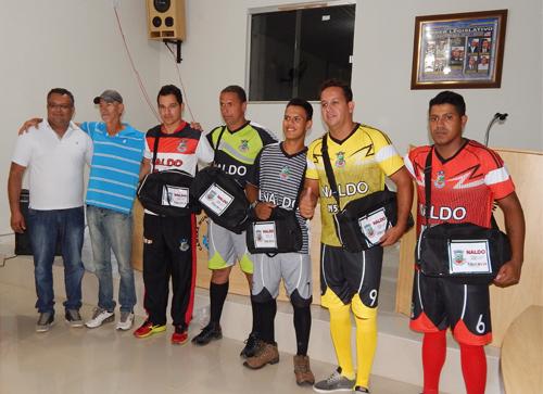 Em parceria com o Jogador Naldo a prefeitura de Maetinga entregou material esportivo á seleção local