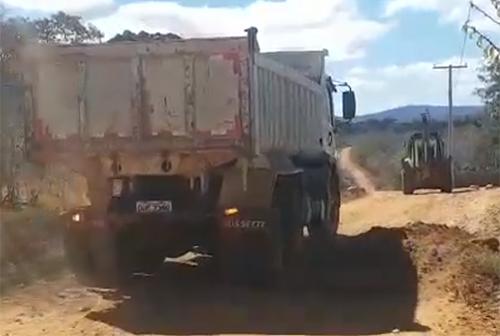 Prefeita de Malhada de Pedras acompanha as obras de recuperação das estradas vicinais do município
