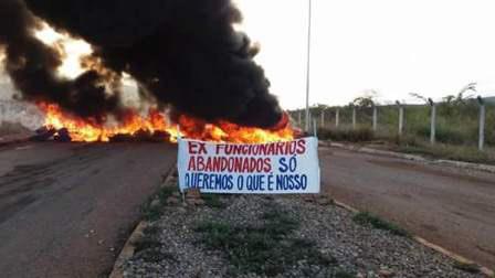 Vídeo: Ex-funcionários da Itaguarana se manifestam contra o não pagamento de benefícios