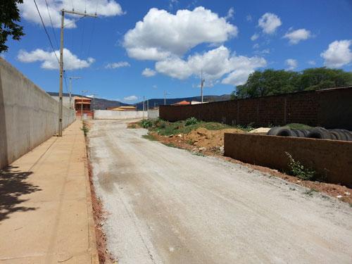 Cansados de esperarem pela prefeitura, moradores realizaram melhorias em ruas por conta própria