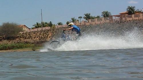 Maetinguense adapta moto para rodar tanto na terra, quanto na água, e atrai atenção da população