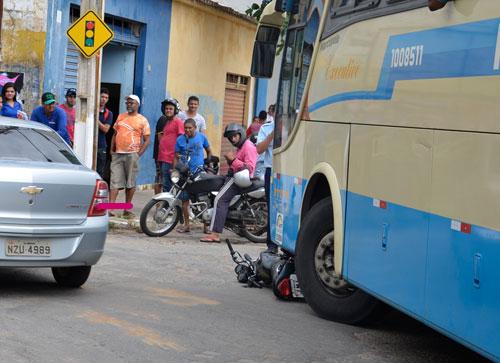 Ônibus da Novo Horizonte passa por cima de moto no centro