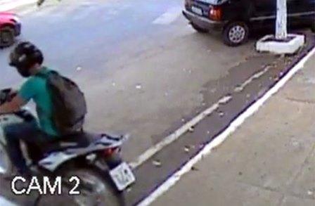 Servidor público abandona motocicleta da prefeitura na rua por três dias