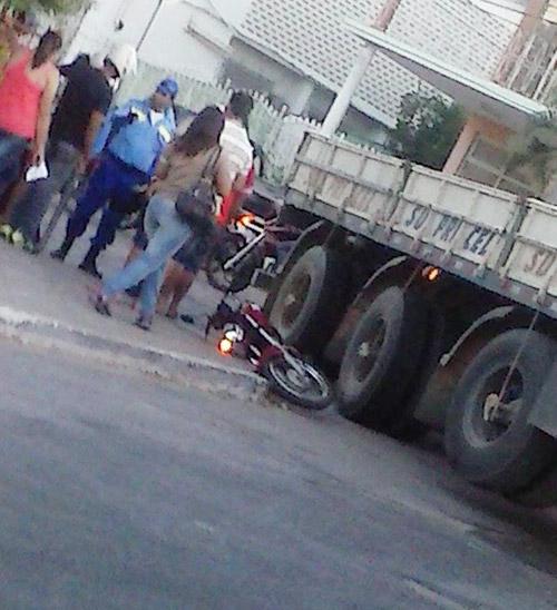 Carreta colide com moto na Praça Armindo Azevedo