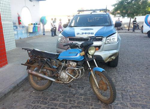 Menores tentam fugir da polícia com moto roubada, dão de cara contra um muro e vão parar no hospital