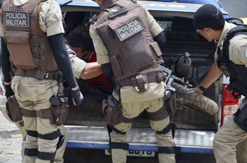 Polícia encontra moto roubada escondida em estação de tratamento de esgoto da Embasa
