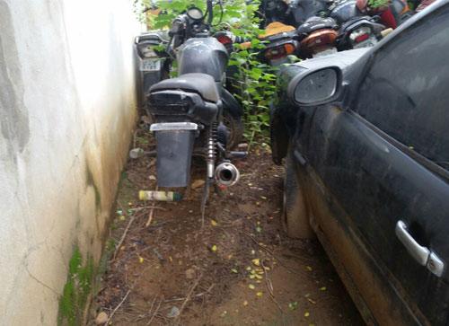 Meliantes furtam motocicleta e peças de dentro da delegacia em Ituaçu
