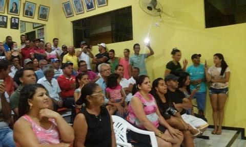 Descontentes com perseguição da oposição ao atual prefeito de Malhada de Pedras, populares comparecem à câmara e sessão é suspensa