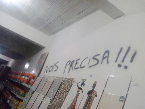 """Bandidos furtam grande quantia em dinheiro e cheques de loja e ainda deixam recado: """"nois precisa !!!"""""""