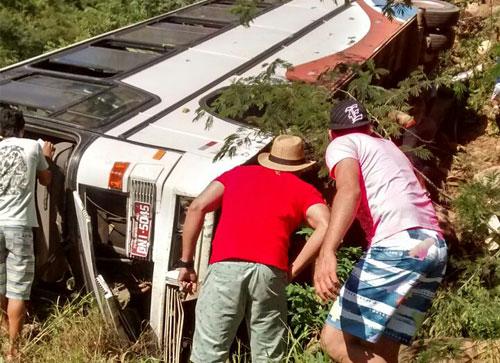 Ônibus de turismo tomba com vários passageiros na Serra de Rio de Contas