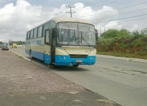 Em curva e sem sinalização, ônibus é escorado com pedras para não descer a ladeira em Brumado