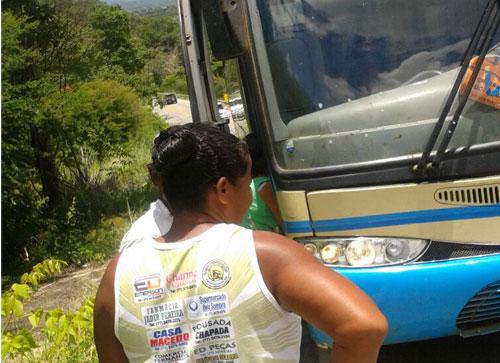 Passageiros foram obrigados a subir ladeira a pé porque o ônibus da Novo Horizonte apresentou problemas